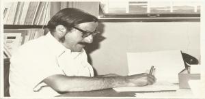 Roberto Murillo en su oficina universitaria, preparando un manuscrito. Archivo UCR.